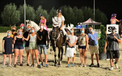 Noor Paridaans en ninja Frauke Vercalsteren grijpen naar de winst tijdens de Ride and runproef Dilbeek Masters
